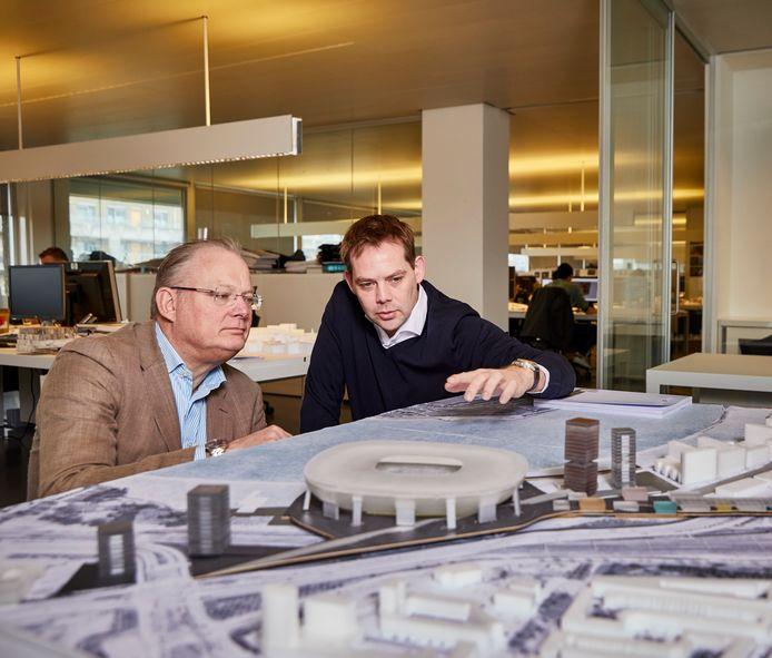 Architect David Gianotten (r) bij een maquette van Feyenoord City.