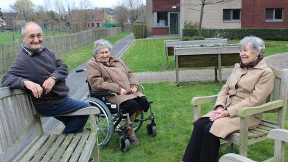 Bewoners woonzorgcentrum mogen even gaan wandelen in privétuin van rusthuis