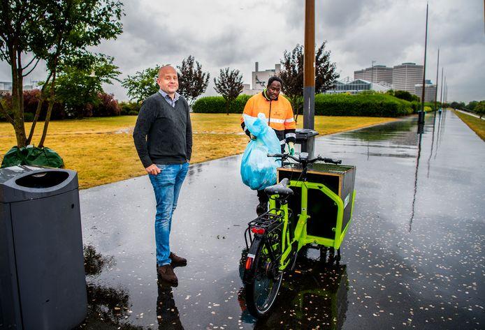 Kristiaan Sanders (links) en Ike Hoogvliets zien dagelijks hoeveel afval mensen laten slingeren op het Rotterdamse Dakpark.