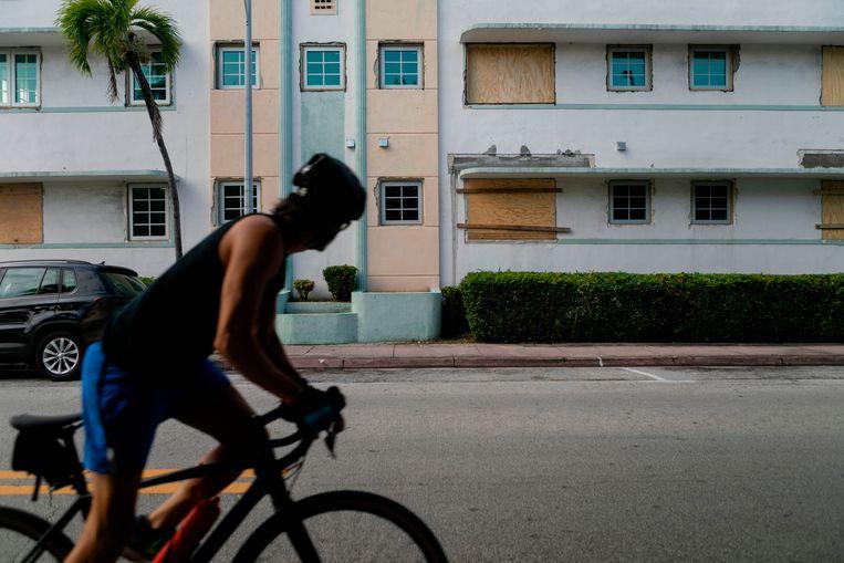 Bewoners hebben ramen van panden in South Beach in Miami dichtgespijkerd als bescherming tegen de orkaan.  Beeld AFP