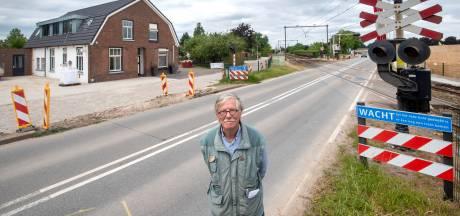 Wim Peters uit Elst keek 60 jaar aan tegen een spoorboom. Nu wil hij hem cadeau