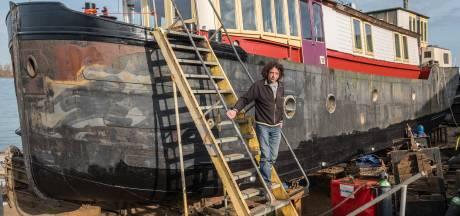 Woonbootman Hans (63) gevangen door het dalende water: 'We slapen in een schuurtje, wie helpt ons?'