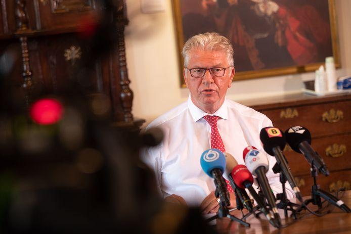 Burgemeester Frank Petter tijdens de persconferentie in Bergen op Zoom.