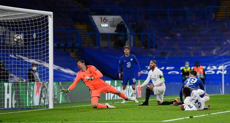 Mason Mount (19) scoort de 2-0, Reals Sergio Ramos (m) en doelman Thibaut Courtois zijn geklopt. Beeld REUTERS