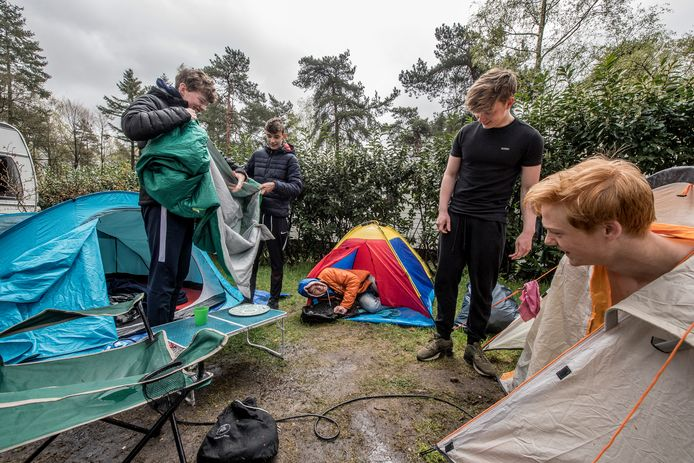 Vijf Edese vrienden ruimen in de regen de boel op na de vakantie. ,,De tent was niet echt waterdicht.''