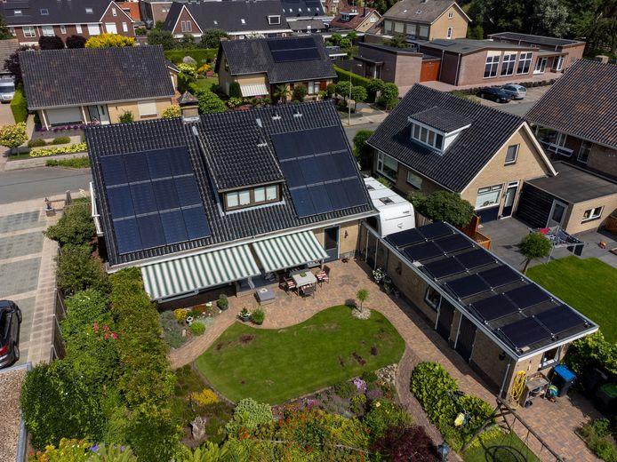 De 36 panelen op het dak van Hein van de Worp in Oldebroek vangen soms meer zon dan het stroomnet aan kan.