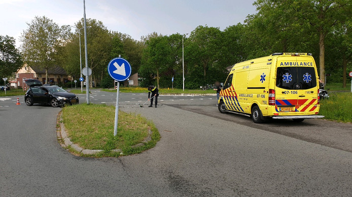 De twee betrokken auto's raakten zwaar beschadigd, een van de betrokkenen is naar het ziekenhuis gebracht.