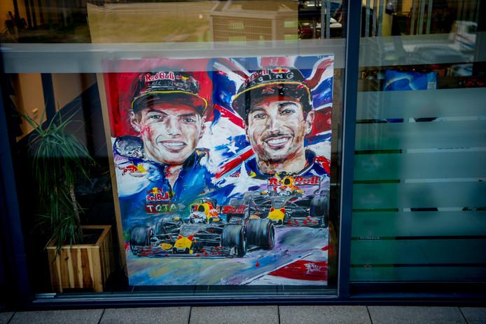 Een schilderij van Max Verstappen en Daniel Ricciardo op Zandvoort.