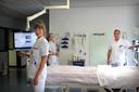 Arts-assistenten Eefje Verschuuren (vooraan) en Eveline de Leeuw (achteraan) met Michael Frank op de 'normale' ic.