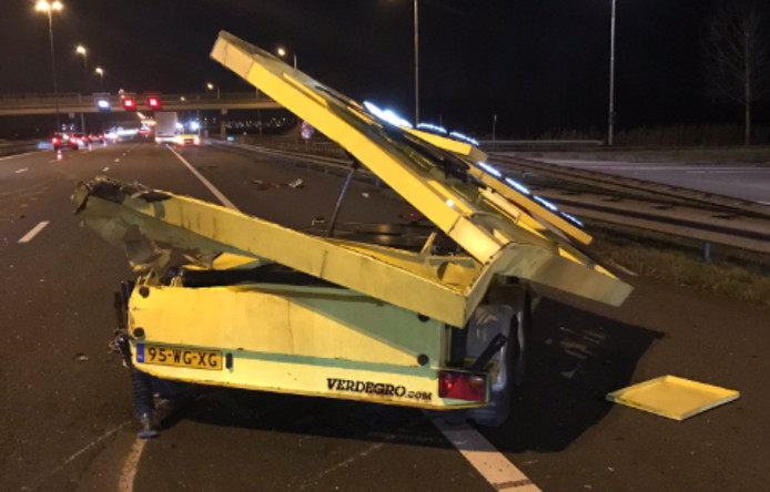 Een vrachtwagen heeft de pijlwagen geramd. Twee rijstroken zijn dicht.