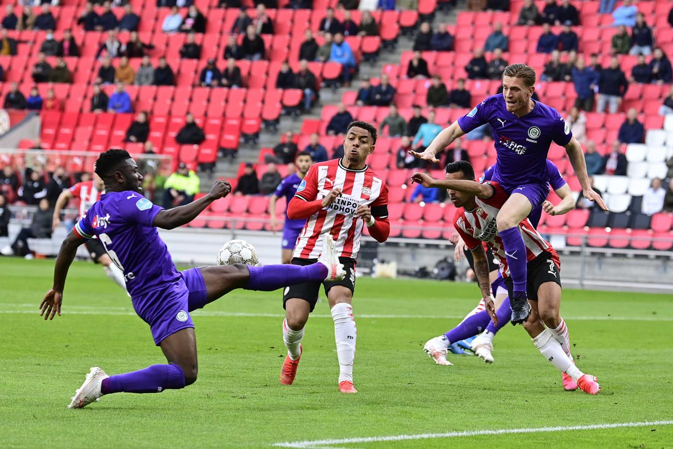 Wessel Dammers (rechts) veroorzaakte tegen PSV een strafschop na tussenkomst van de VAR.