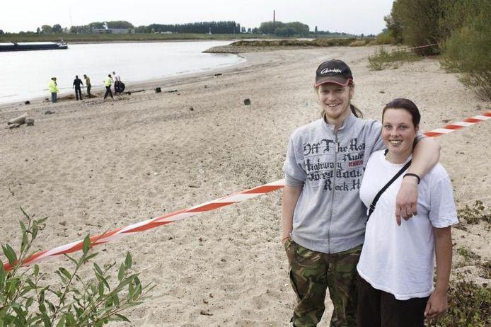 Roy Schennink en Tamara Hendriks op het Waalstrand bij Gendt.foto William Moore