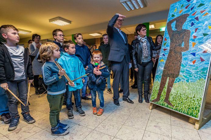 Onthulling van het mozaïek bij het Van Haestrechtcollege, een kunstproject in het kader van het 50-jarig bestaan van Harmonie Kaatsheuvel.
