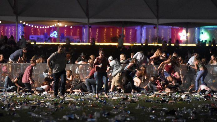 Honderden mensen ontvluchtten een countryfestival waarop volgens de eerste berichten vanuit het hotel het vuur werd geopend door vermoedelijk verschillende schutters.