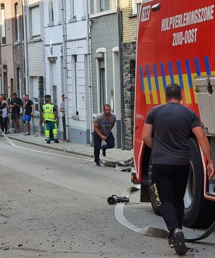 Op foto's die buurtbewoners maakten is te zien hoe brandweermannen in burger te hulp schoten bij de brand in de Buizenmontstraat in Geraardsbergen.