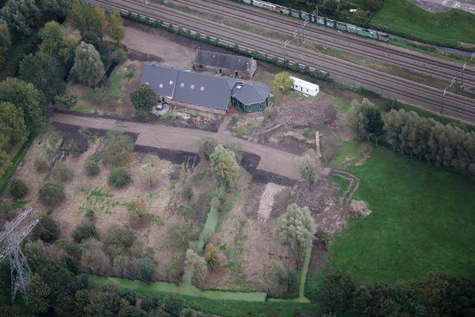 Luchtopname van de woonboerderij in Nieuwer Ter Aa waar voorbereidingen werden getroffen voor illegale bebouwing. In de boerderij waren Roemeense arbeidskrachten zonder documenten gehuisvest.