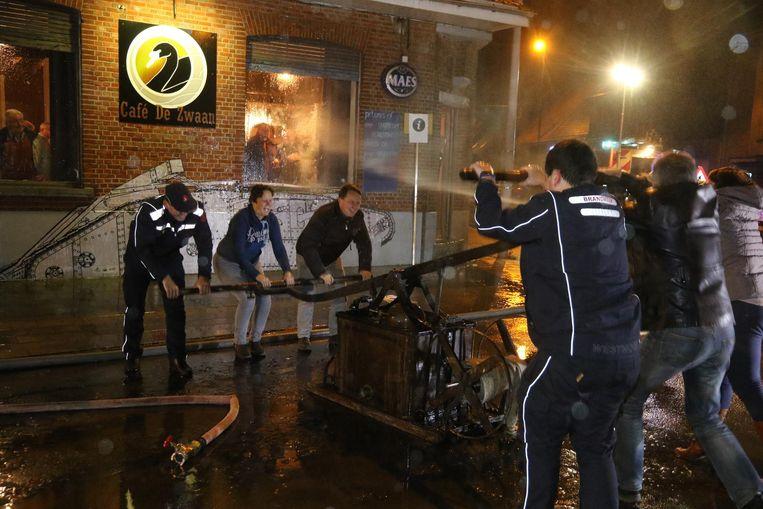 Met de oude pomp werd café De Zwaan afgespoten. De brandweer kreeg hiervoor hulp van omstaanders.