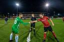 S C Bemmel en MASV waren de eerste clubs die zonder publiek en met een gesloten kantine gingen voetballen: hier de aanvoerders Ricky Houterman van Bemmel en Wesley Martens van MASV.