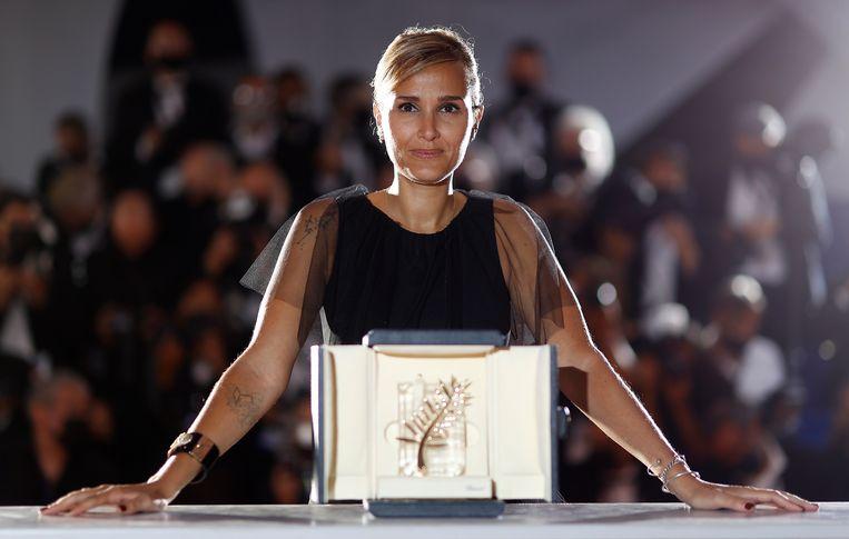 Regisseur  Julia Ducournau heeft op het filmfestival van Cannes de Gouden Palm gewonnen voor 'Titane'. Beeld EPA