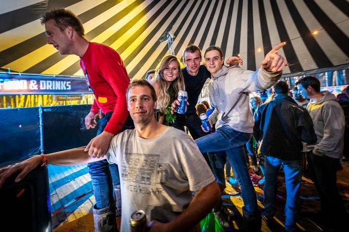 Als Dick Hezemans  (voorgrond) in de centrale tent op de festivalcamping voor muziek zorgt, klimmen anderen op de tafels.