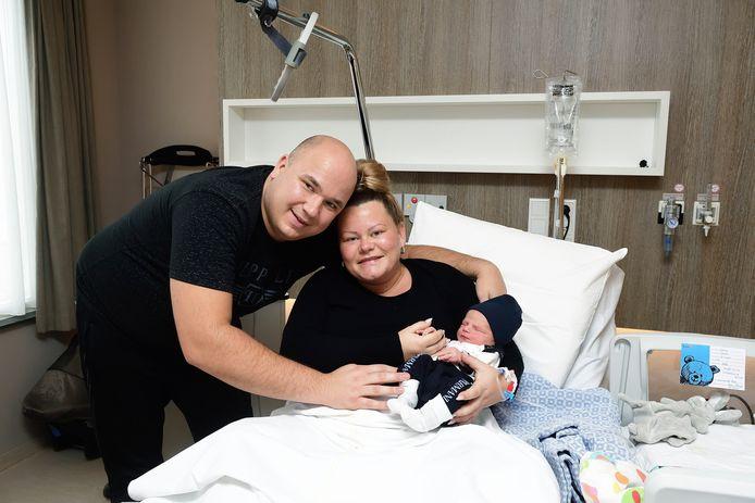 De kersverse ouders Kim Verbaarendse en Jacky Lamers met hun zoontje Sanny in het Bravis ziekenhuis in Bergen op Zoom.