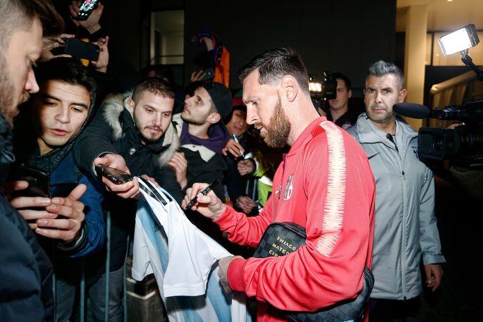 Lionel Messi deelt handtekeningen uit voor ingang van het Philips Stadion.