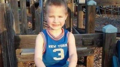 """""""Jongetje (7) gestorven nadat hij urenlang op blote voeten door de sneeuw moest wandelen"""": politie arresteert ouders en tienerzoon in VS"""