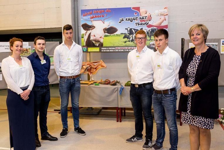 De studenten bij een van de vijf nieuwe borden die op verschillende locaties in Beernem een plaatsje krijgen.