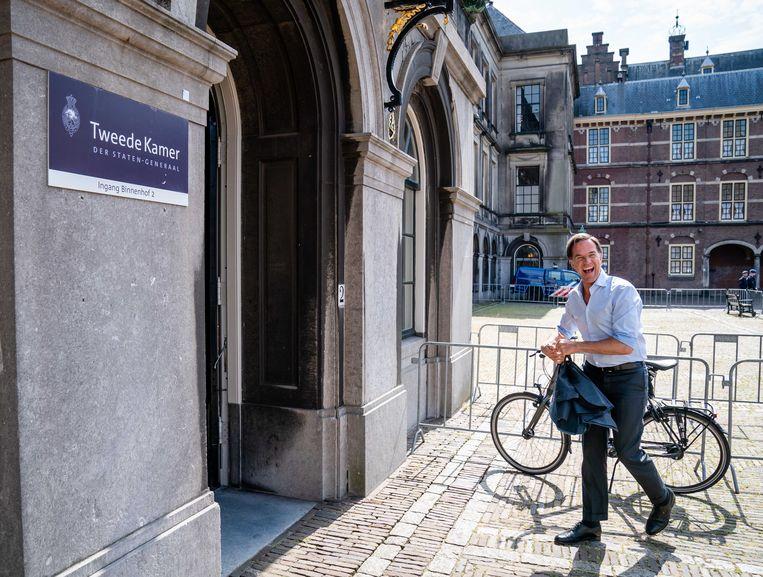 Afgelopen augustus, Mark Rutte heeft zijn fiets geparkeerd voordat hij aan de formatietafel plaatsneemt. Hij wordt momenteel zwaar beveiligd. Beeld ANP