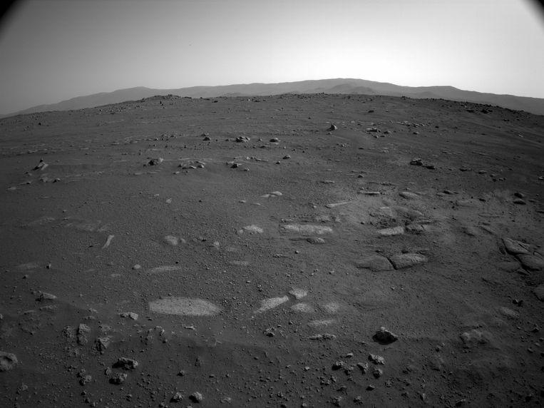 Een zicht op het zuiden. Hier zie je de kliffen in de verte vanuit een ander perspectief. Beeld NASA/JPL-Caltech