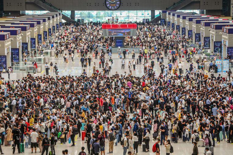 Het treinstation in Zhengzhou, in de Chinese provincie Henan, is volgelopen. Veel Chinezen hebben vrij en reizen naar hun geboorteplaats in de komende 'Gouden Week' ter viering van de vorming van de Volksrepubliek China in 1949.  Beeld AFP