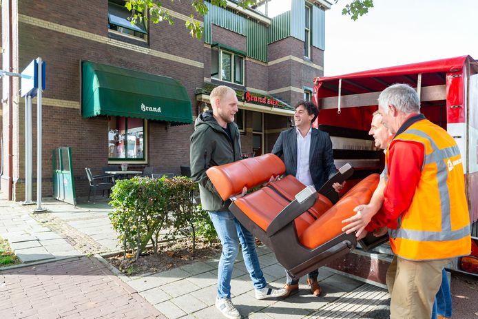 Joost Eilert neemt de oranje treinbankjes in ontvangst van (vlnr.) Pim Raaijmakers, Johan Voois en Harrie van Van Wijnen.
