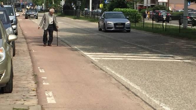 """Bewoners Mechelsesteenweg zijn erbarmelijke staat van voetpaden beu: """"Rolstoelgebruikers zijn gedoemd om het fietspad te nemen. Een schande is het"""""""