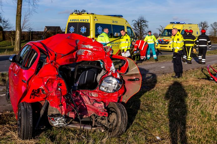 Beknelde automobilist naar ziekenhuis na botsing op N322 bij Almkerk. Foto Marcel van Dorst / MaRicMedia