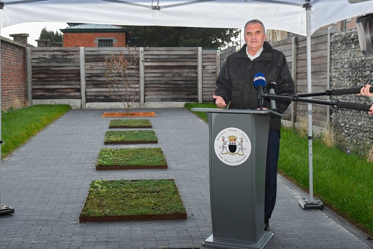 Benoît Cerexhe huldigt de dierenbegraafplaats in.  Beeld Photo News