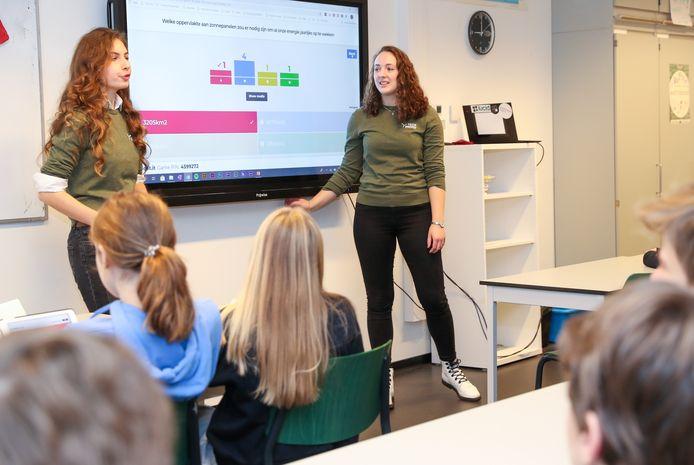 TU/e-studenten Amy Pelders en Annelie van Tilburg van Team Energy geven gastlessen over duurzaamheid op basis- en middelbare scholen in Eindhoven.