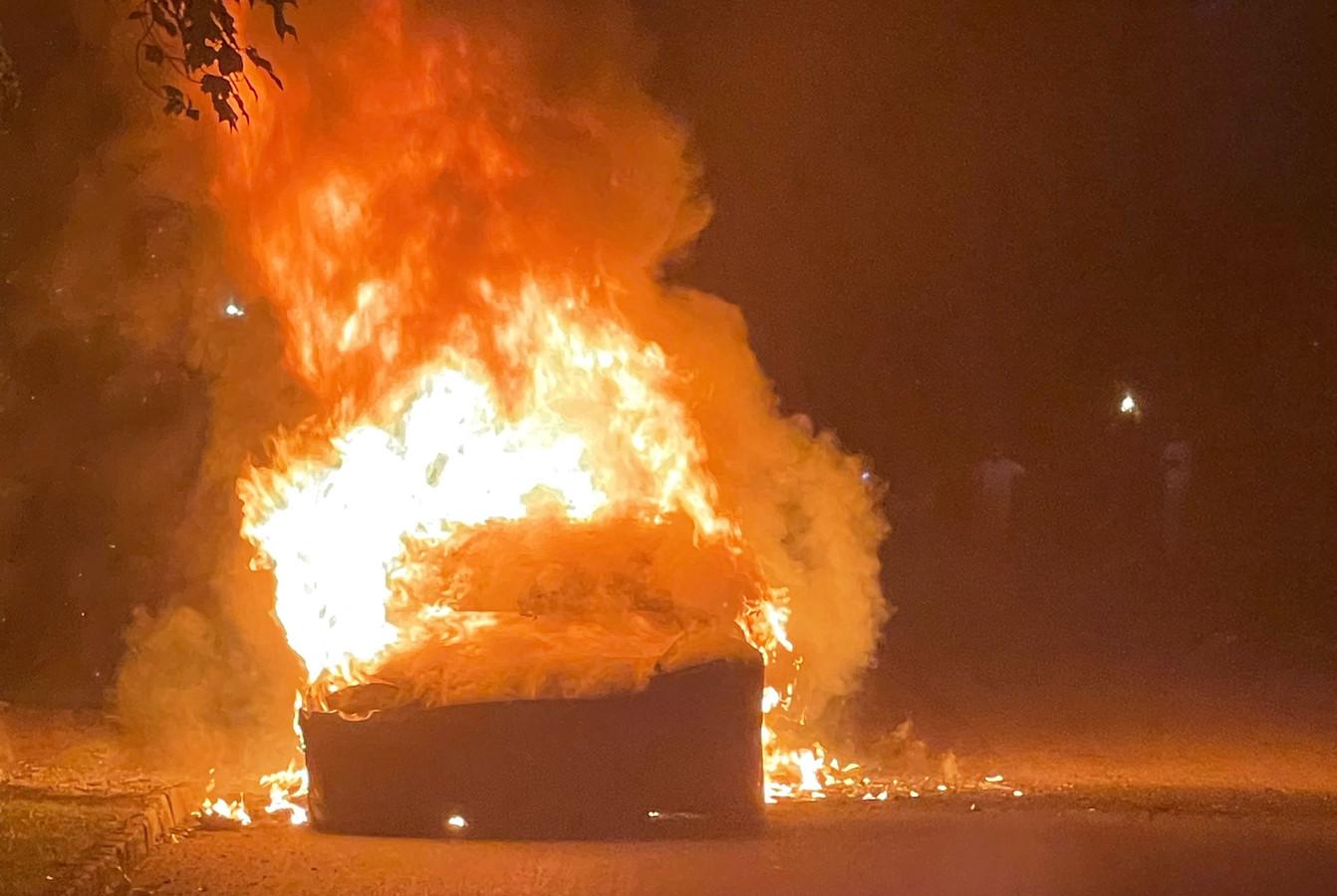 Volgens een van de advocaten van de chauffeur zou de Tesla Model S Plaid vanzelf in brand zijn gevlogen. De chauffeur kon zonder enige verwonding op het nippertje aan de vlammen ontsnappen.