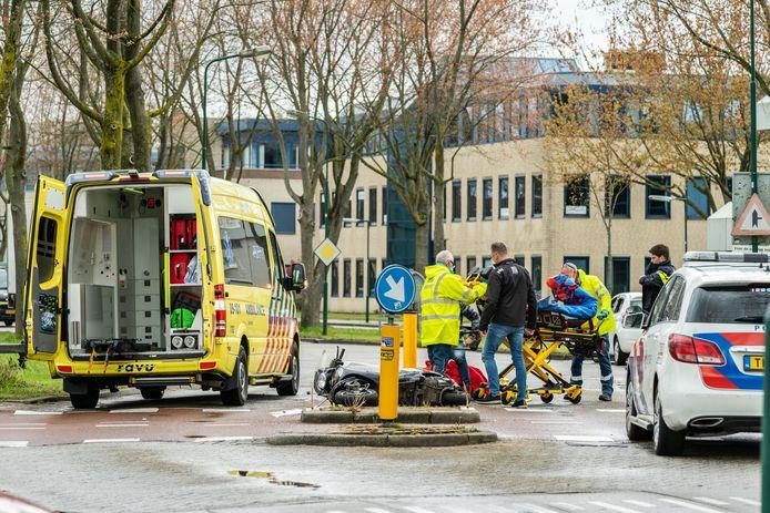 Een scooterrijder raakte dinsdag gewond door een botsing met een personenauto in Houten.