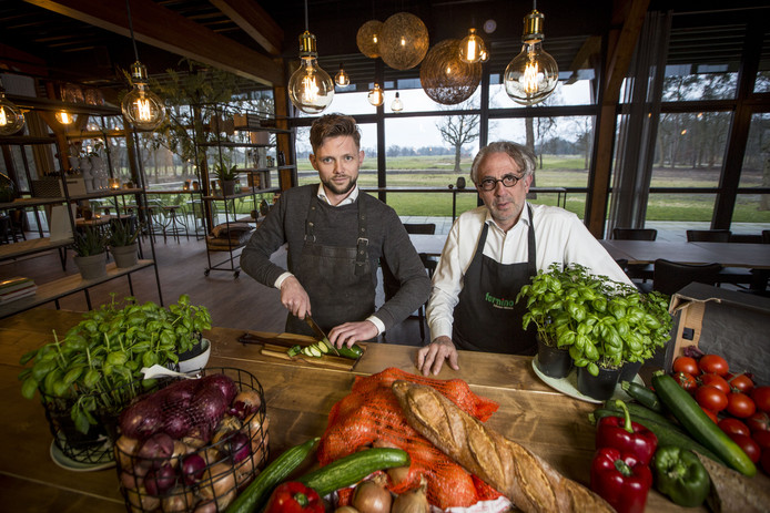 Yves Vey (links) en Enzo di Prima zetten een punt achter bistro Weleveld, die in korte tijd een goede naam verwierf.  Beperkte exploitatie is voor het duo financieel niet langer haalbaar.