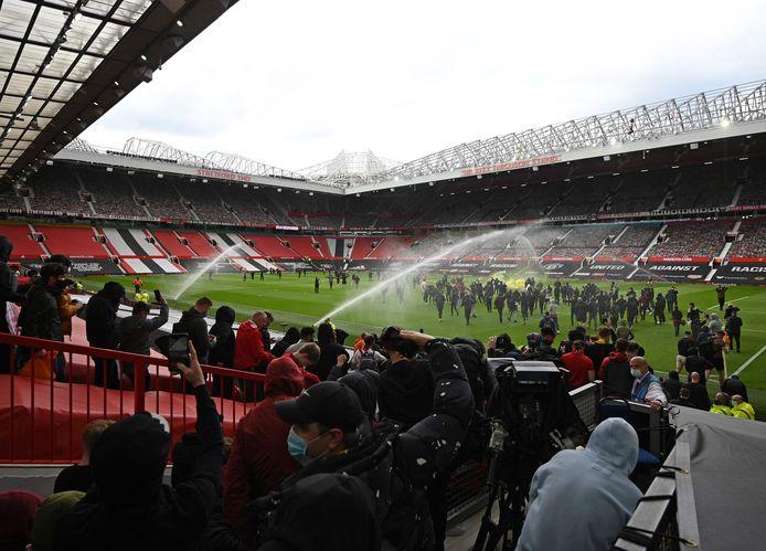 Les supporters de Man U ont forcé l'entrée d'Old Trafford pour protester contre le projet de Super League.