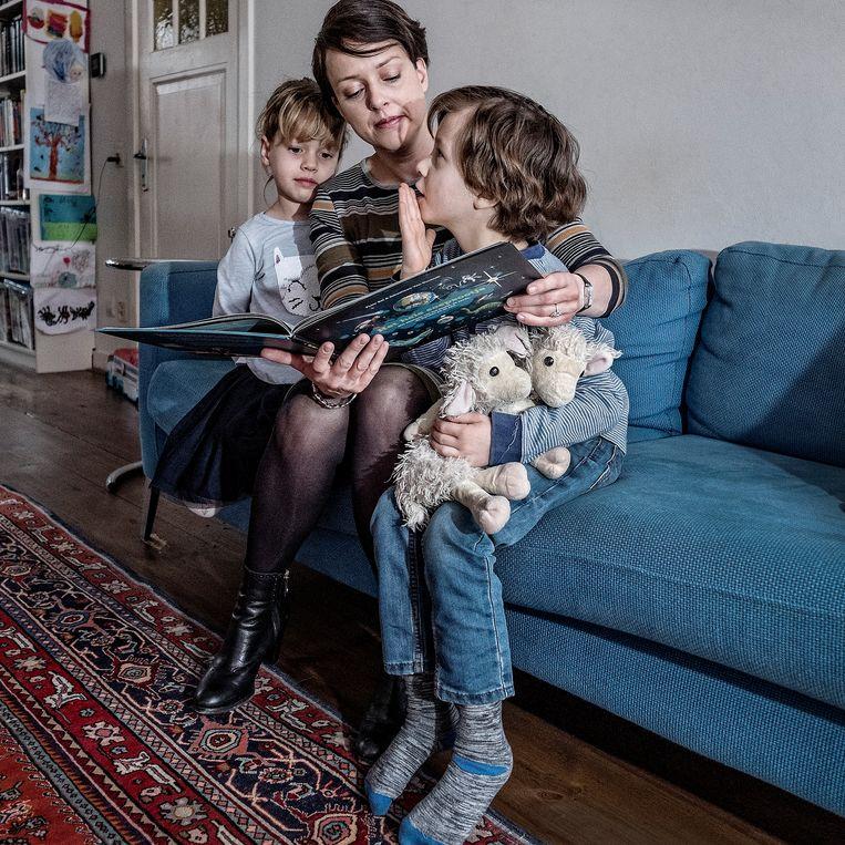 Floor Bal met haar kinderen Ella en David. Beeld Patrick Post