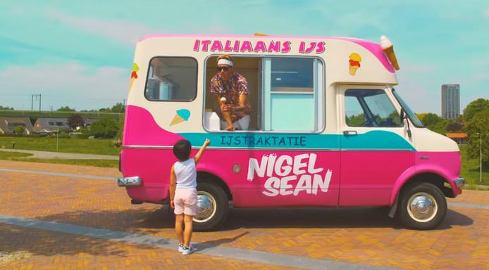 Nigel Sean als ijsverkoper in de clip van de hit Belle.