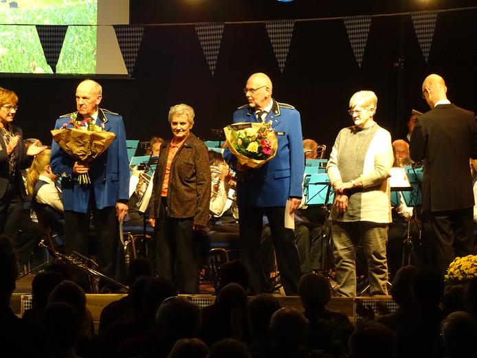 Bij muziekvereniging Emos in Daarle werden vrijdagavond de jubilarissen Marinus Burger (links) en Jan Scholten (rechts) in het zonnetje gezet.