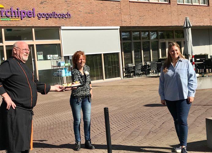 V.l.n.r. Archipel-kok Eric Lange, Helmi Gloudemans van de Dagbesteding en initiatiefneemster Romée Poolmans.