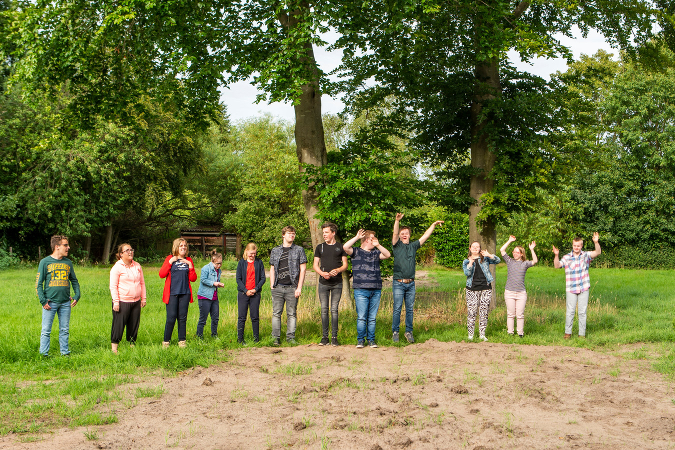Een aantal van de jongeren met een beperking die straks op deze plek in Oirschot zelfstandig gaan wonen in het nog te bouwen woonzorgcomplex.