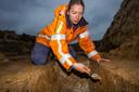 Anne Huijsmans van VUhbs schraapt voorzichtig wat klei weg op zoek naar nieuwe aanwijzingen.