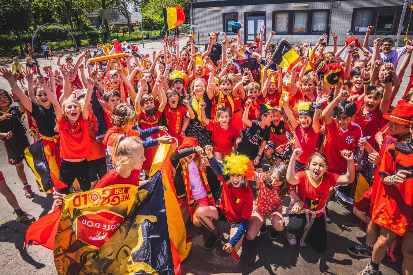 De kinderen van De Wijze Eik in de Eeklostraat in Mariakerke zijn er van overtuigd dat de Belgen kampioen spelen