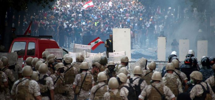 Daags na de explosie verzamelden zo'n vijfduizend demonstranten zich om te rouwen en te protesteren.