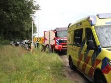 Brandweer bevrijdt inzittenden uit auto na botsing met vrachtwagen langs A1 bij Holten