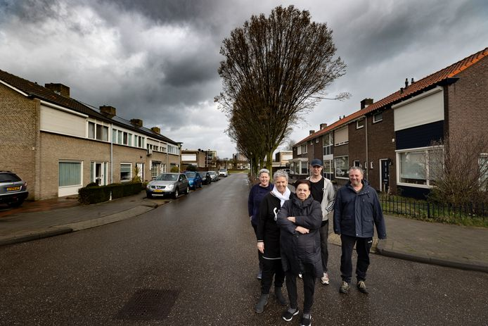 Buurtbewoners maken zich zorgen over de huisvesting van tijdelijke arbeidsmigranten in een huis in de Jacob van Wassenaerstraat  in Helmond-Oost. Linksachter staat Nicole Oomen, voor haar Will Plugers (met witte shawl).